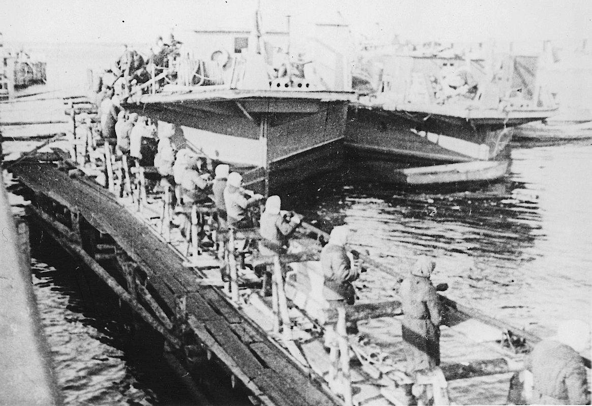 """Прокладка """"Кабеля жизни"""", 1942 г. Источник: архивные фотографии ТГК-1"""
