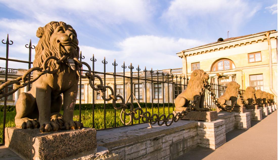 Львы перед дачей Безбородко на Свердловской набережной