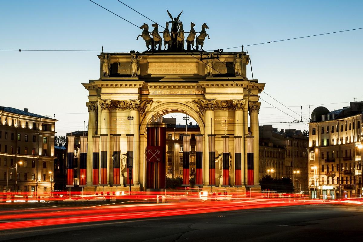Нарвские триумфальные ворота на проспекте Стачек в Санкт-Петербурге