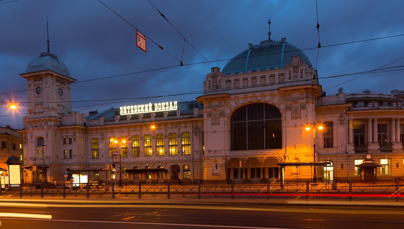Ночной вид Витебского вокзала в Санкт-Петербурге