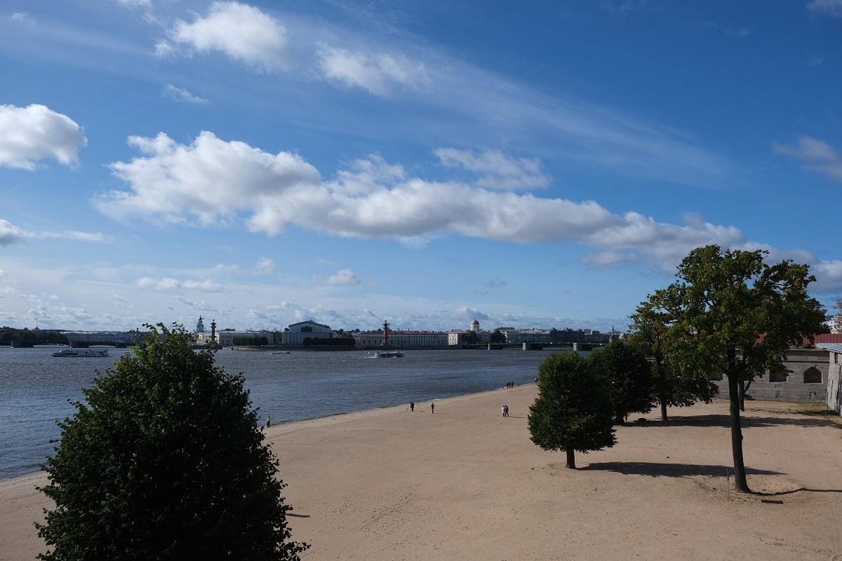 Санкт-Петербург, пляж на Неве, вид со стены Петропавловской крепости