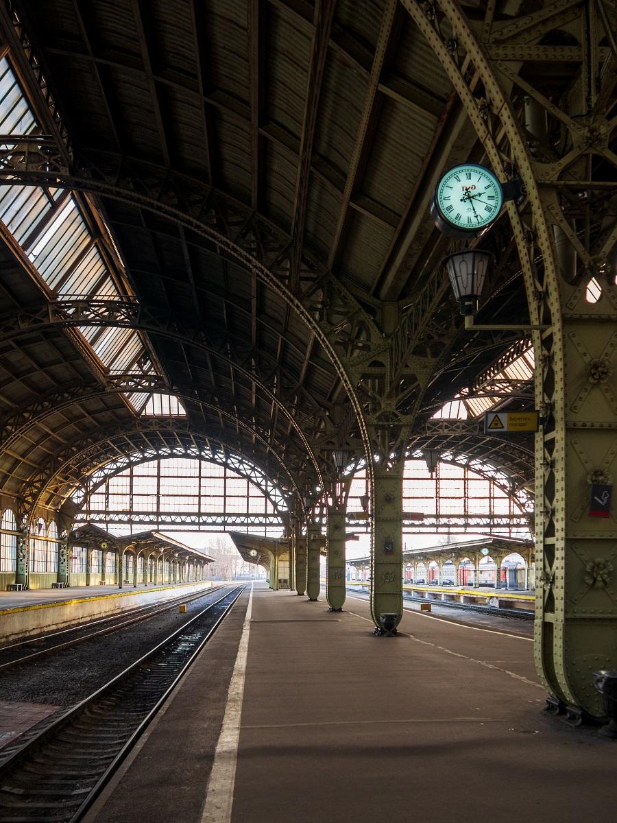 Санкт-Петербург, Витебский вокзал ранним солнечным утром, платформа с часами