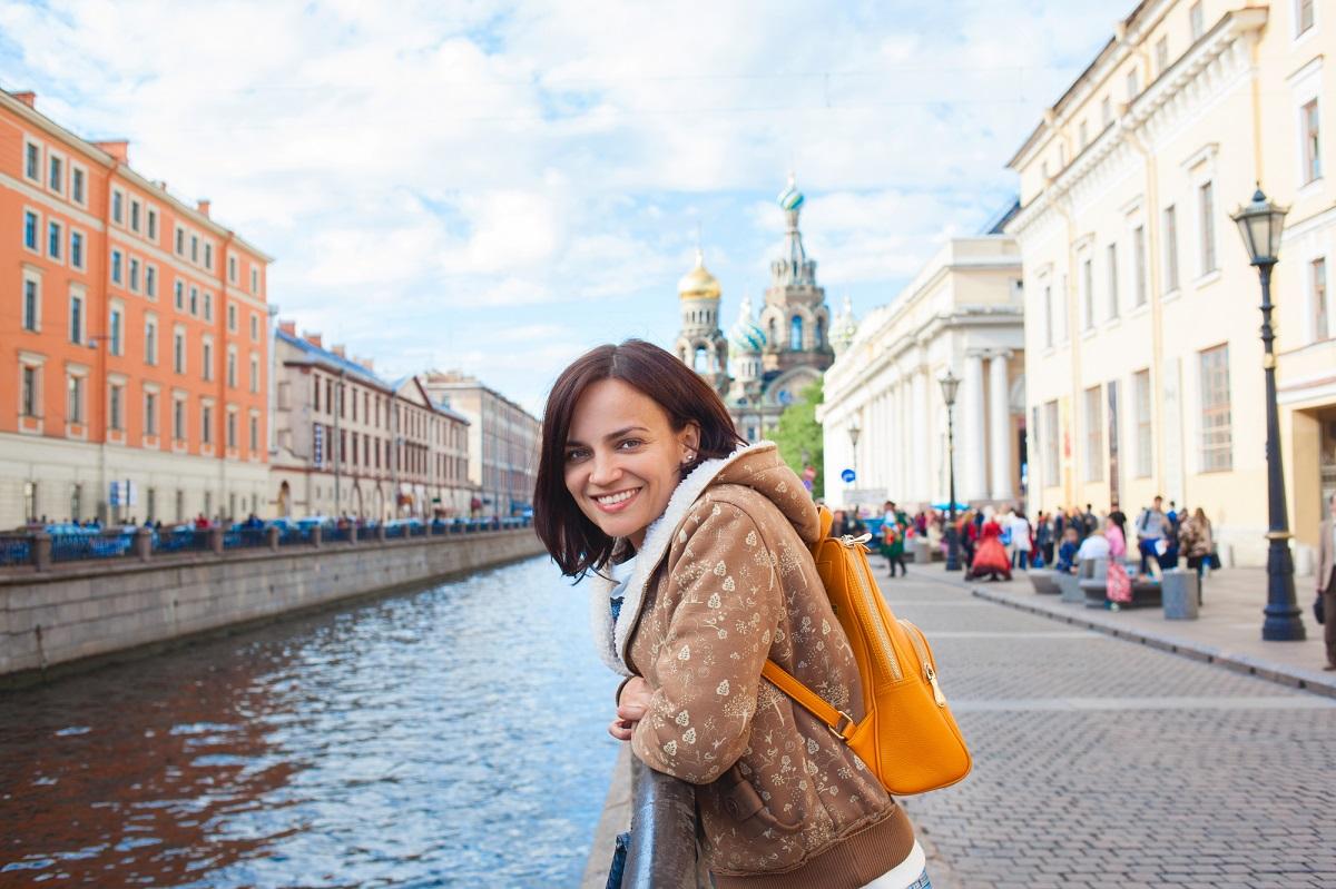 Счастливая девушка-туристка в Петербурге