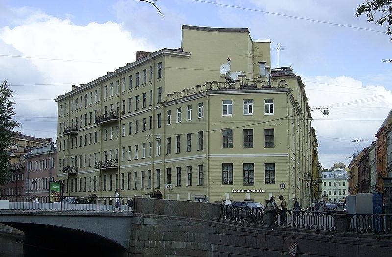Дом № 104, наб. канала Грибоедова. Автор фото: Sbarichev (Wikimedia Commons)