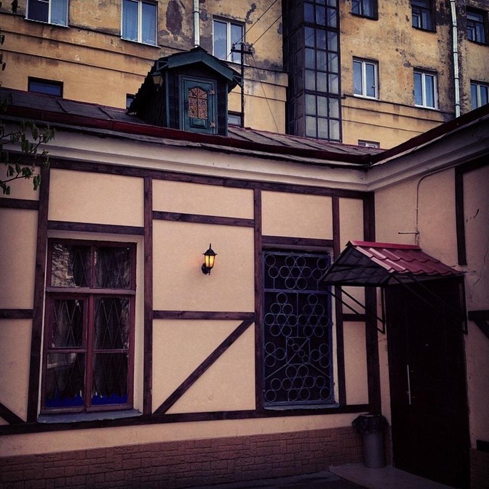 Дворик с домом Карлсона. Фото: Maricha T. (foursquare.com)