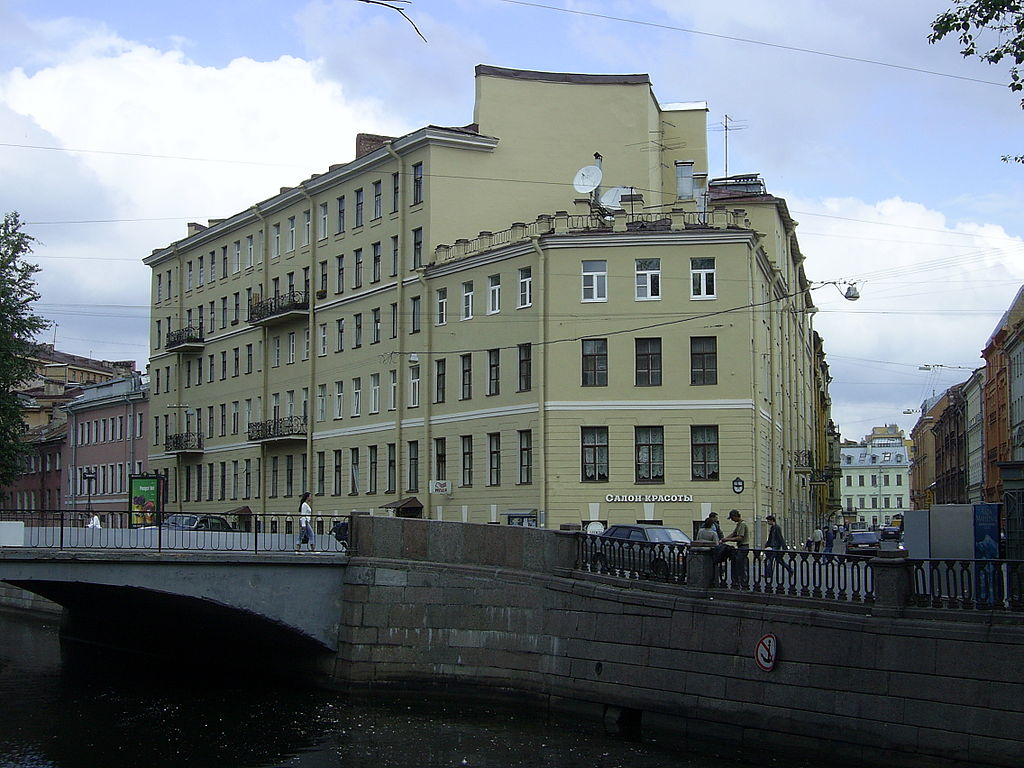 Дом старухи-процентщицы, № 104 по набережной канала Грибоедова, Санкт-Петербург. Фото: Sbarichev (Wikimedia Commons)