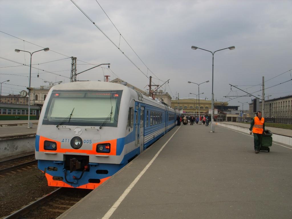 Дизель-электропоезд ДТ1 на Балтийском вокзале. Автор фото: Florstein (WikiPhotoSpace)
