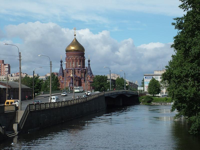 Вид на церковь с Гутуевского моста. Автор: Ychilov, Wikimedia Commons
