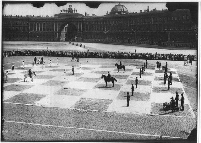 """Живые шахматы"" на Дворцовой площади (Wikimedia Commons)"