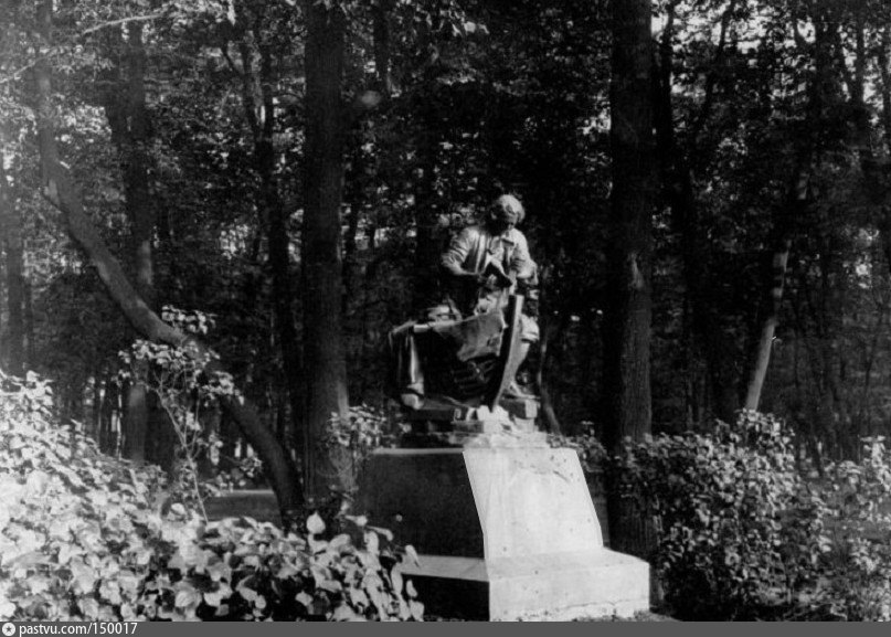 """Авторская копия с памятника Петру I """"Царь-плотник"""" в Летнем саду. Фотография 1915 г., автор Карл Булла. Источник: vk.com/rusmuseum.gardens"""