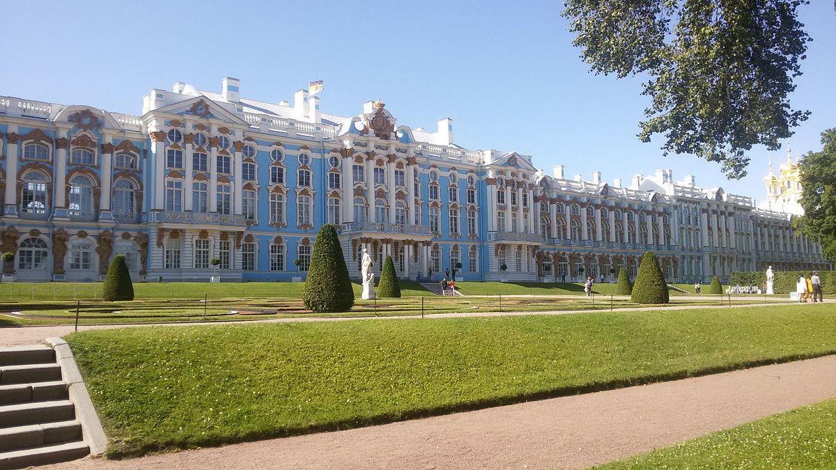 Екатерининский дворец с парком и лужайкой. Автор фото: ЕршовКВН (Wikimedia Commons)