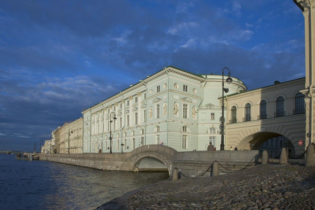 Эрмитажный театр, вид с Дворцовой набережной, источник фото: https://vk.com/hermitage_museum