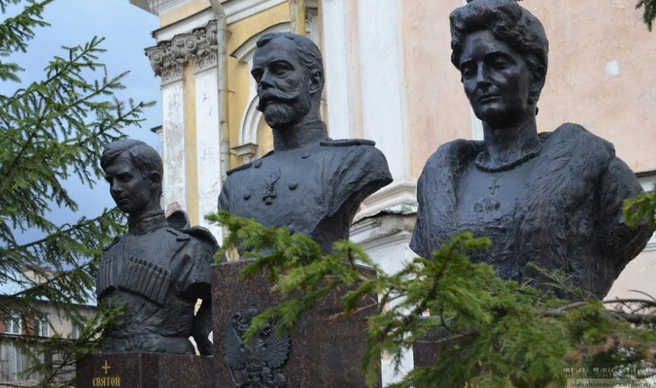 Памятники-бюсты Николаю II, Цесаревичу Алексею и Царице Александре Фёдоровне. Фото: AVShumm (wikimapia.org)