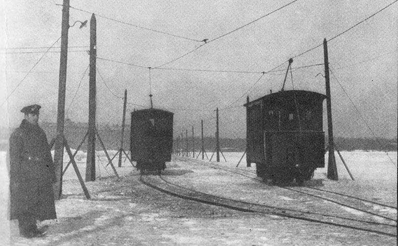 Трамвайный путь, проложенный по льду Невы. 1900-е. Автор фото: неизвестен (Wikimedia Commons)