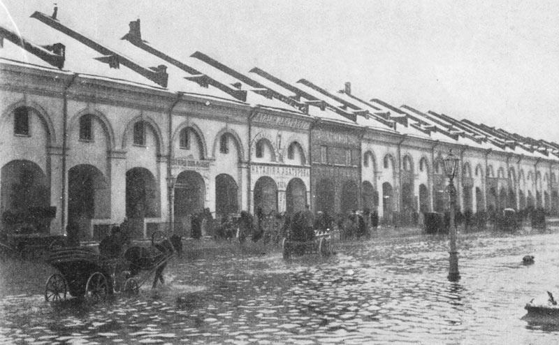 Улица Садовая у бывшего Никольского рынка во время наводнения 25 ноября 1903 года. Автор фото: неизв. (Wikimedia Commons)