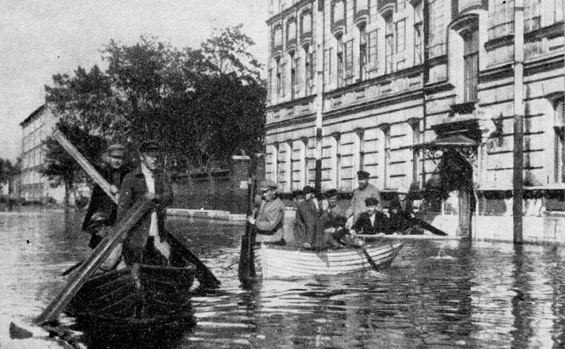 Передвижение на лодках по улицам Васильевского острова во время наводнения 23 сентября 1924 года. Автор фото: неизв. (Wikimedia Commons)