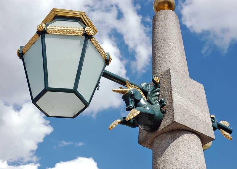 Фонарь на мосту Ломоносова. Фото: spbfoto.spb.ru