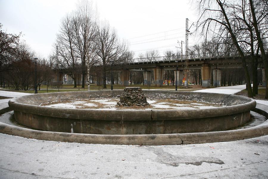 Заброшенный фонтан в саду имени 30-летия Октября