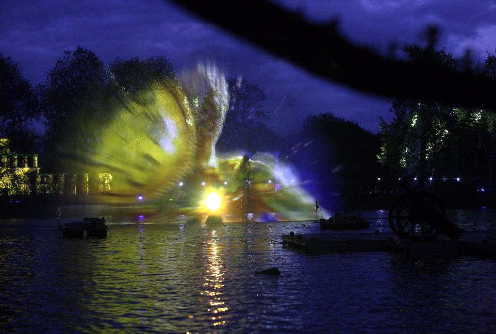 Светомузыкальный фонтан в Петергофе