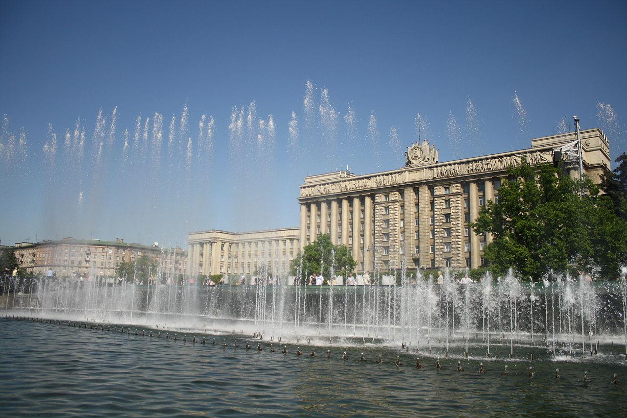 Фонтаны на Московской площади. Автор фото: Ludushka (Wikimedia Commons)