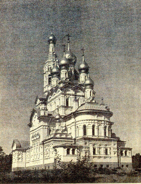 Каменная церковь на фото 1915 года.  Из коллекции М.Ю.Мещанинова. Автор: Peterburg23, Wikimedia Commons