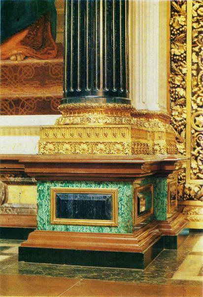 Фрагмент интерьера Исаакиевского собора. База колонны, источник фото: http://www.e-reading.club/bookreader.php/1032382/Chekanova_-_Ogyust_Monferran.html