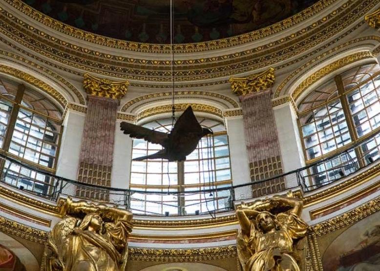 Скульптура голубя под куполом Исаакиевского собора. Фото: cathedral.ru