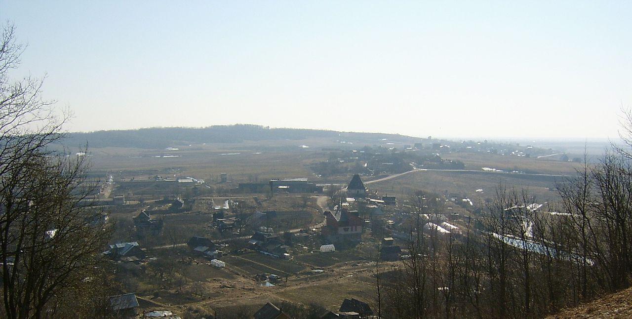Вид на гору Кирхгоф с южного склона Дудергофских высот. Фото: Гоша0102 (Wikimedia Common)
