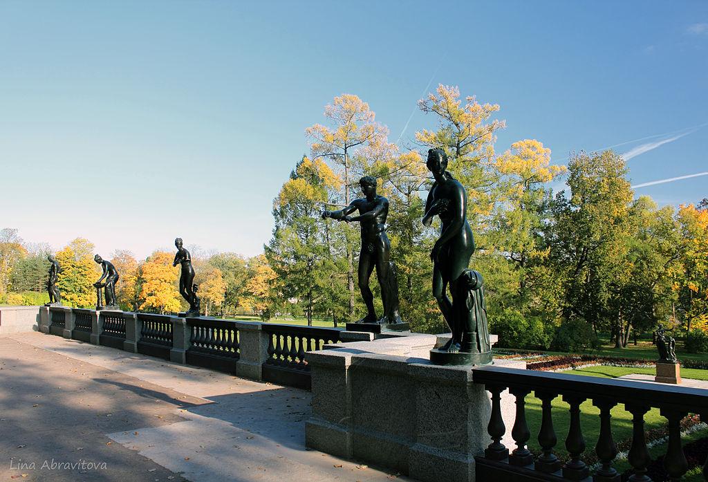 "Гранитная терраса (""терраса Руска"") со статуями (копии с античных оригиналов) арх. Гамбургер И., арх. Руска Л. И. Автор фото: Lina1202 (Wikimedia Commons)"
