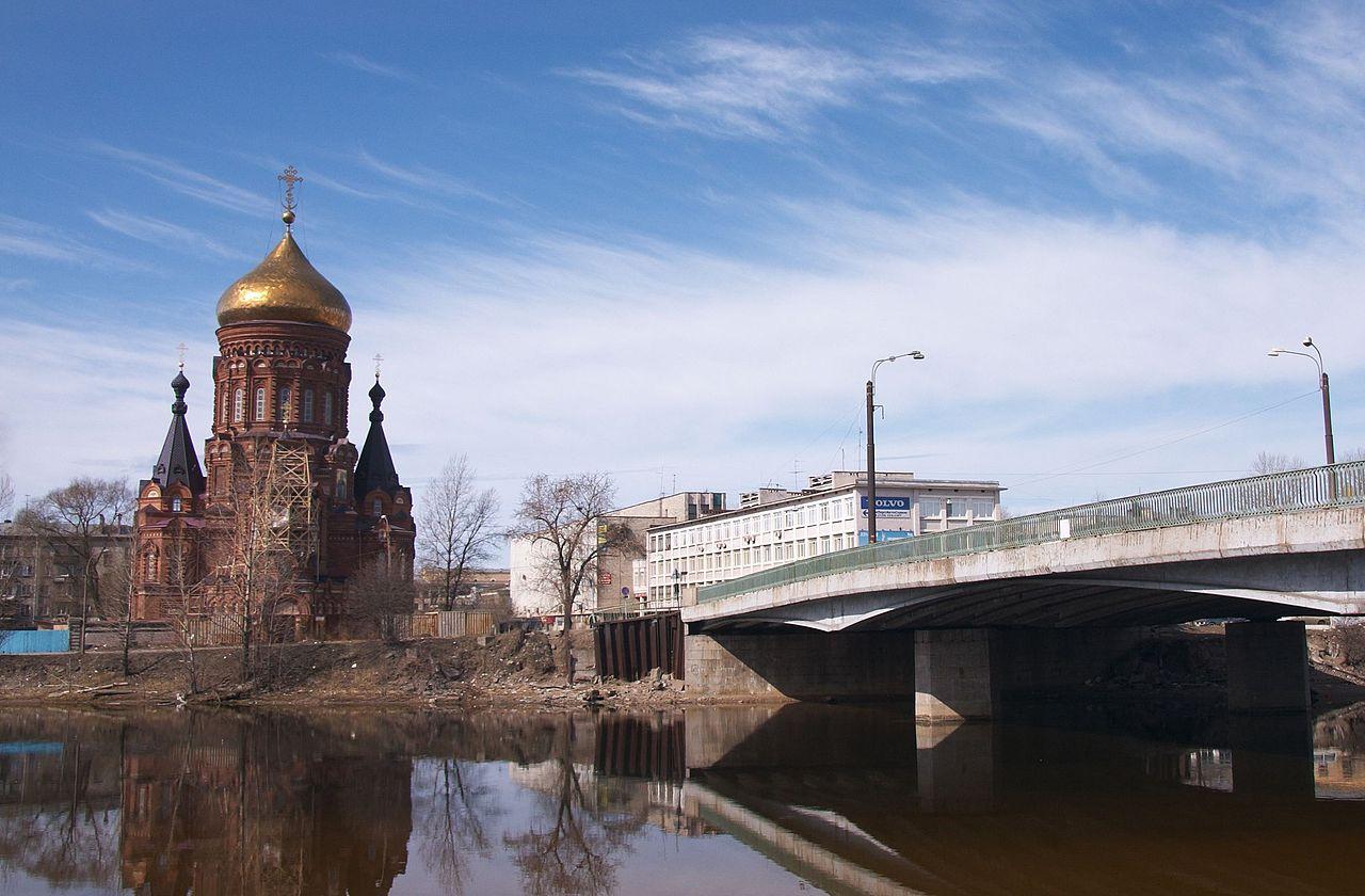 Вид на Богоявленскую церковь с Гутуевского моста. Автор фото: Panther (Wikimedia Commons)