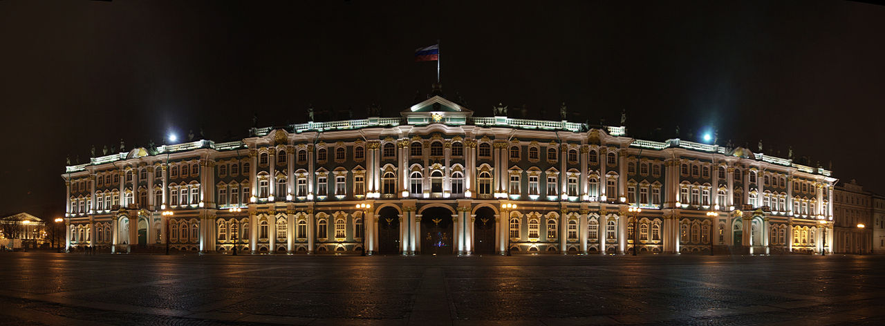 Главный вход с Дворцовой площади через арки Зимнего дворца. Вечерний вид. Автор фото: Mkrtchyan Karen (Wikimedia Commons)