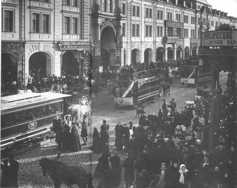 Конка на Садовой улице близ Апраксина двора. Фото: Карла Буллы, начало XX в.