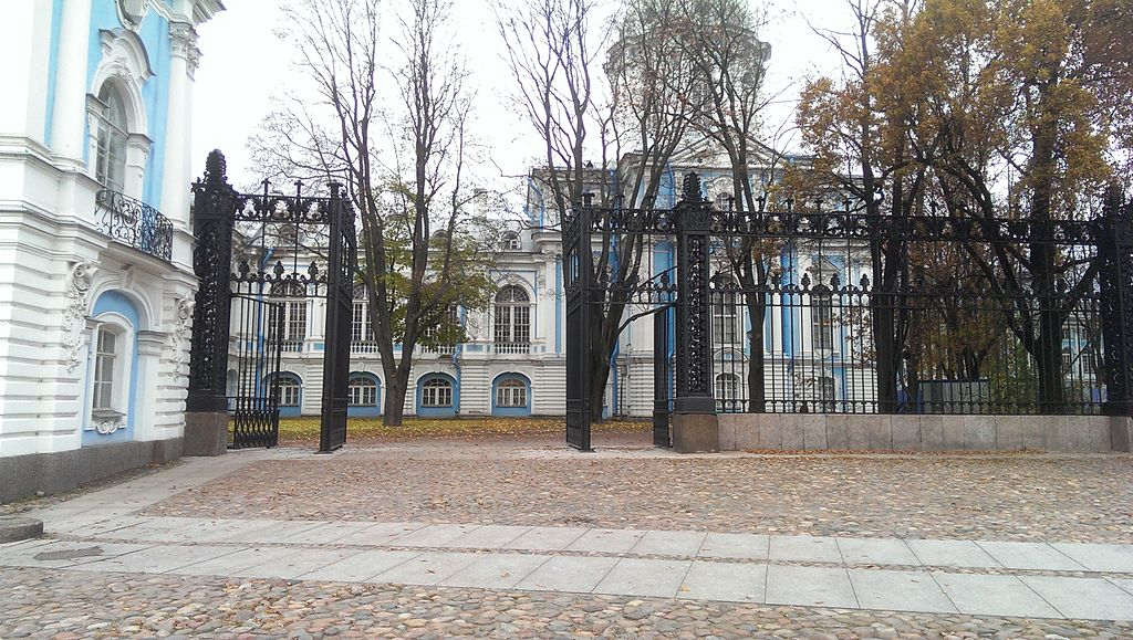 Ограда чугунная (Санкт-Петербург и Лен.область, Санкт-Петербург, Растрелли площадь, 1. Фото: Kirinaida (Wikimedia Commons)