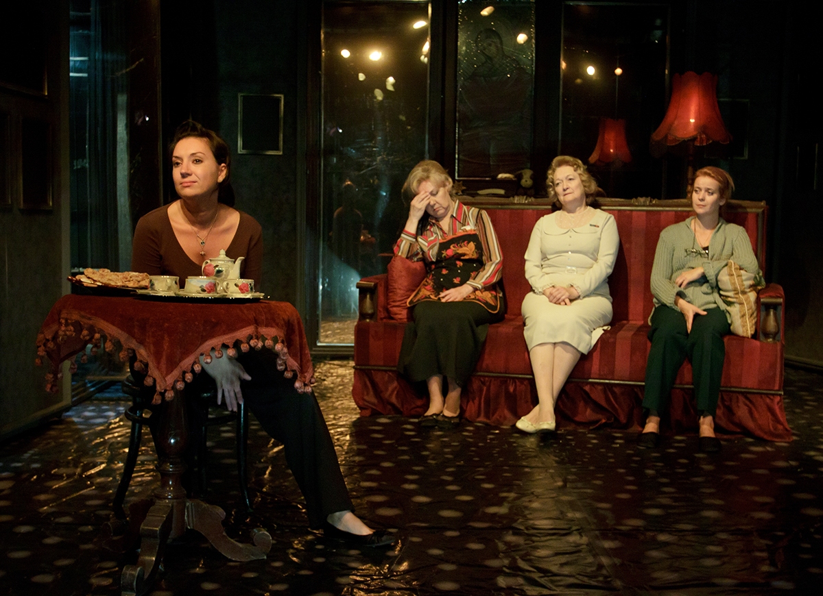 Пьеса «Страсти по дивану», источник фото: teatrvfk.ru