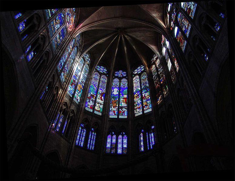 Витражное убранство базилики, источник фото: Wikimedia Commons https://commons.wikimedia.org/wiki/File:St_Denis_Choir_Glass.jpg Автор: (предположительно) Amirwiki