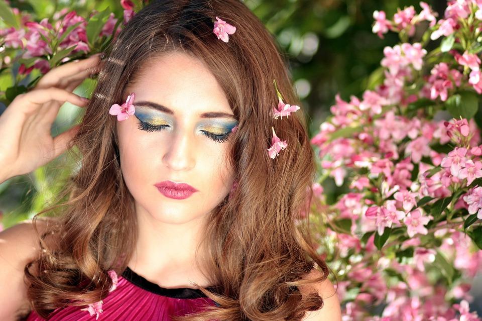 Девушка. Цветы. Весна, источник фото: https://pixabay.com/ru/девушка-цветы-розовый-салон-красоты-1361906/