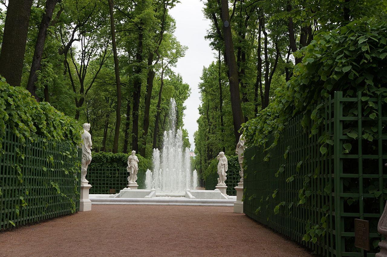 "Летний сад. Центральная аллея. Фонтан ""Пирамида"". Автор фото: Евгений Со (Wikimedia Commons)"
