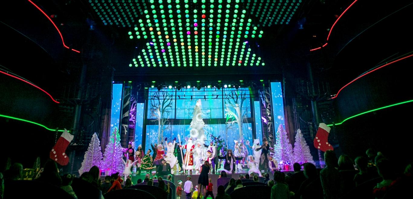 """Новогоднее детское шоу — """"Снеговик летит в космос"""". Источник фото: http://www.leningradcenter.ru"""
