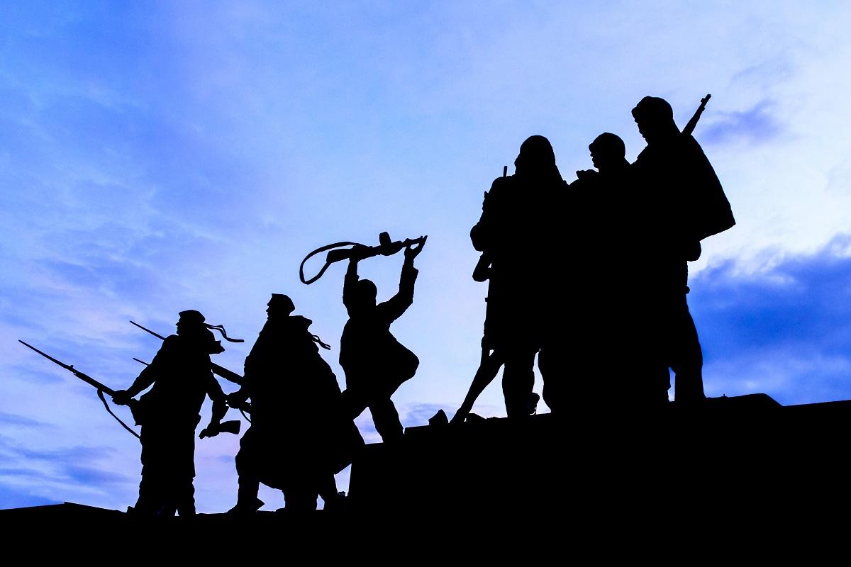 Силуэт воинов-статуэток, идущих на войну у памятника героическим защитникам Ленинграда