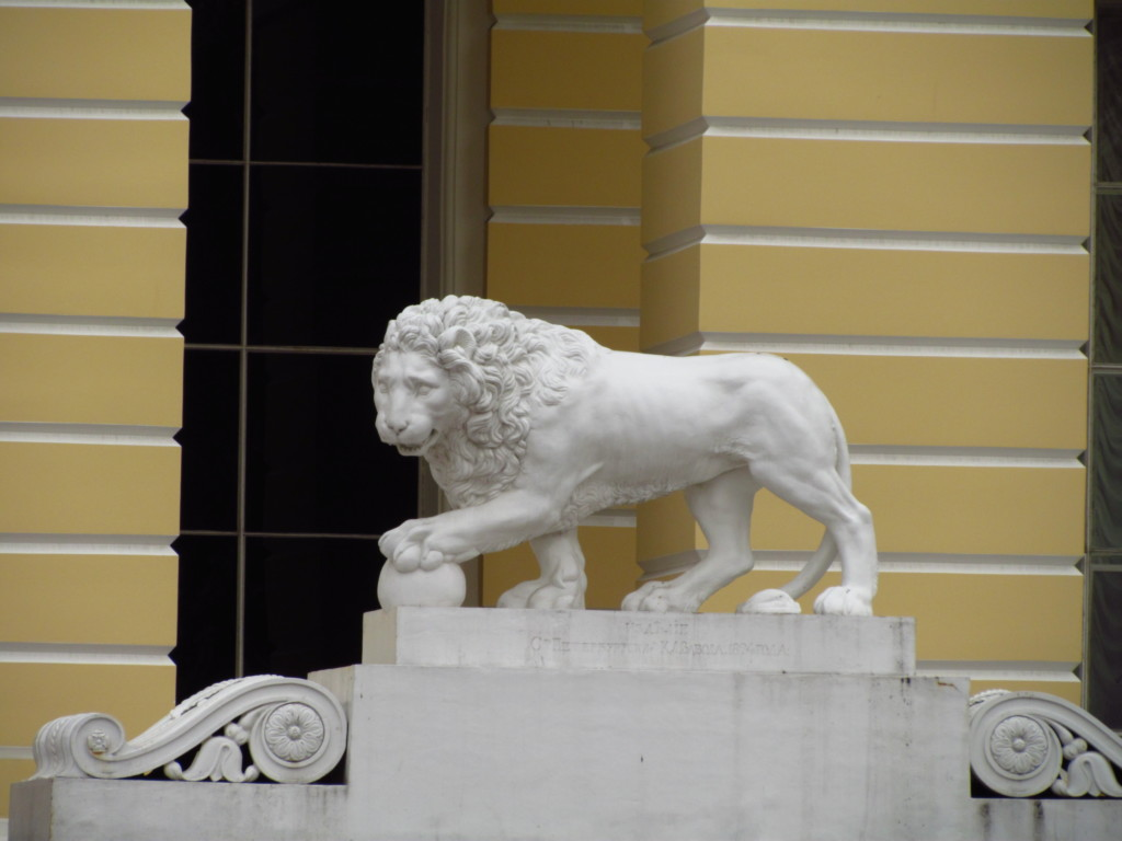 Статуя льва возле Русского музея