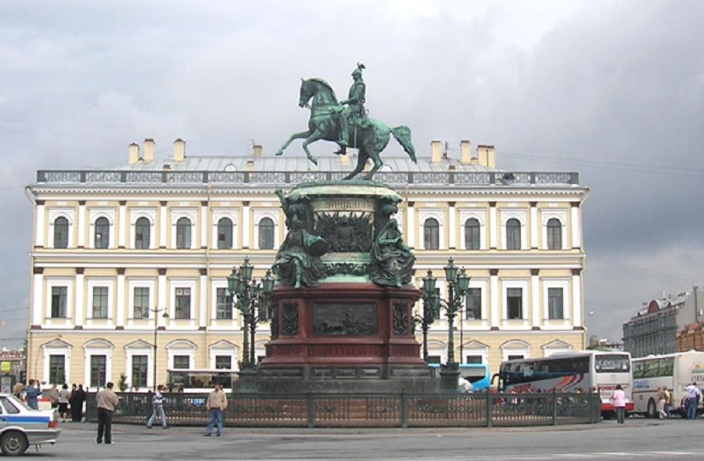 Вид на памятник императору Николаю I и дом № 4. Фото: Sergey Galchenkov (Сергей Галченков) (Wikimedia Commons)