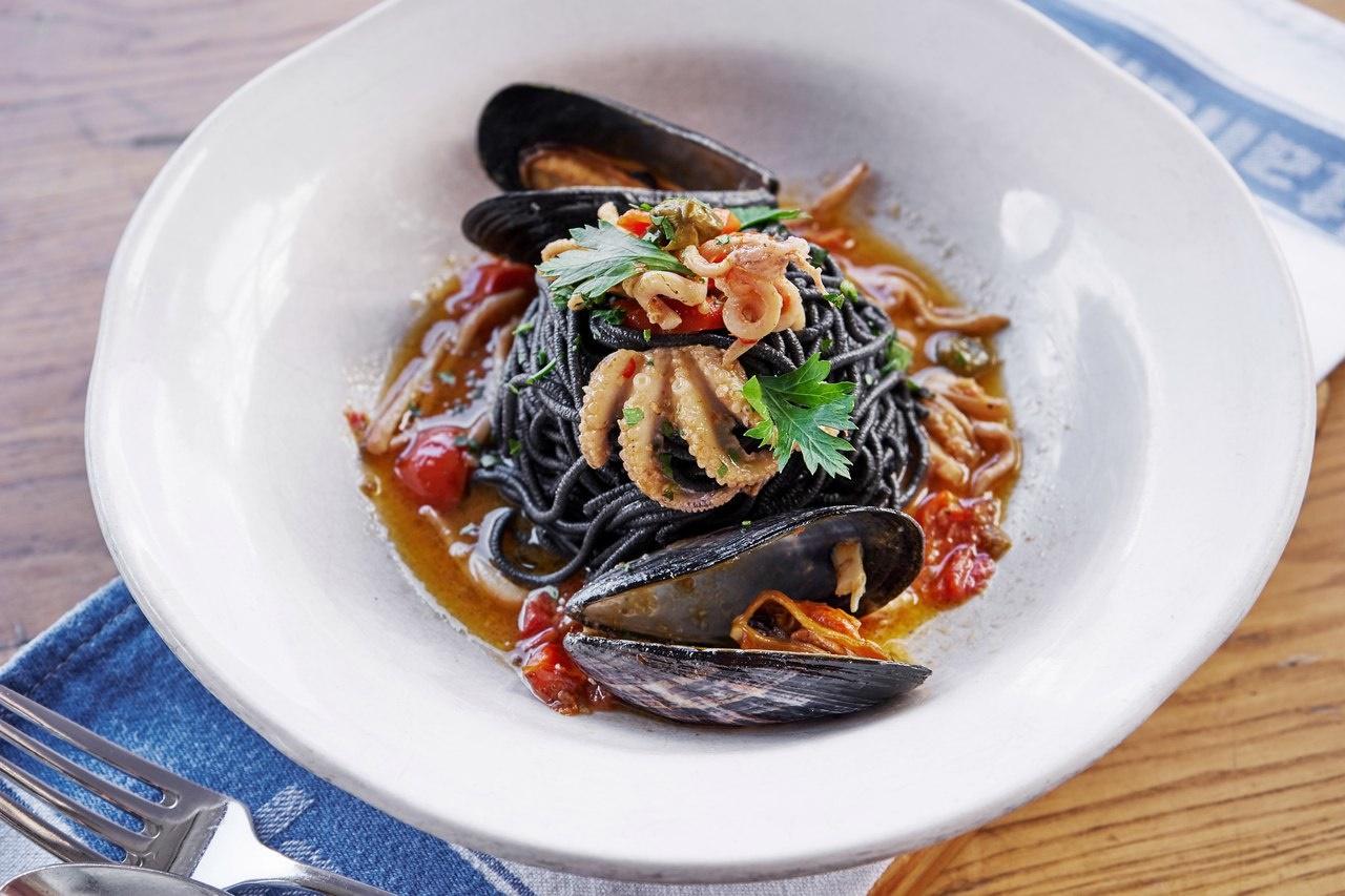 чёрные спагетти с кальмарами и мидиями. Jamie's Italian Russia