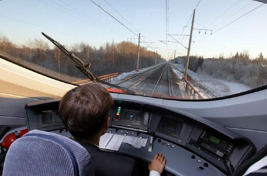 Пульт управления и вид из кабины машиниста. Автор: premier.gov.ru (Wikimedia Commons)