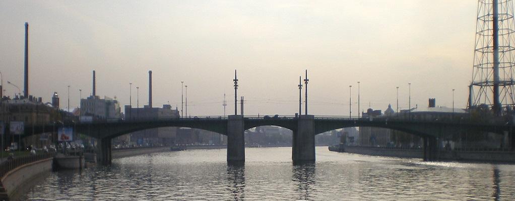Кантемировский мост. Общий вид с нижнего течения Большой Невки. Фото: Андрей! (Wikimedia Commons)