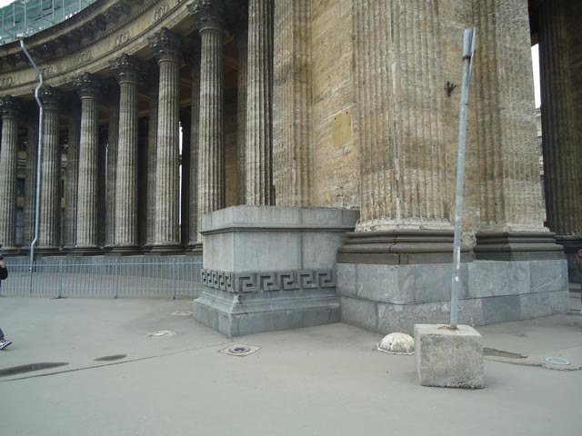 Один из двух пьедесталов.(до 1824 года на них стояли гипсовые скульптуры ангелов), источник фото: http://www.hellopiter.ru/Kazan_cathedral_photo.html