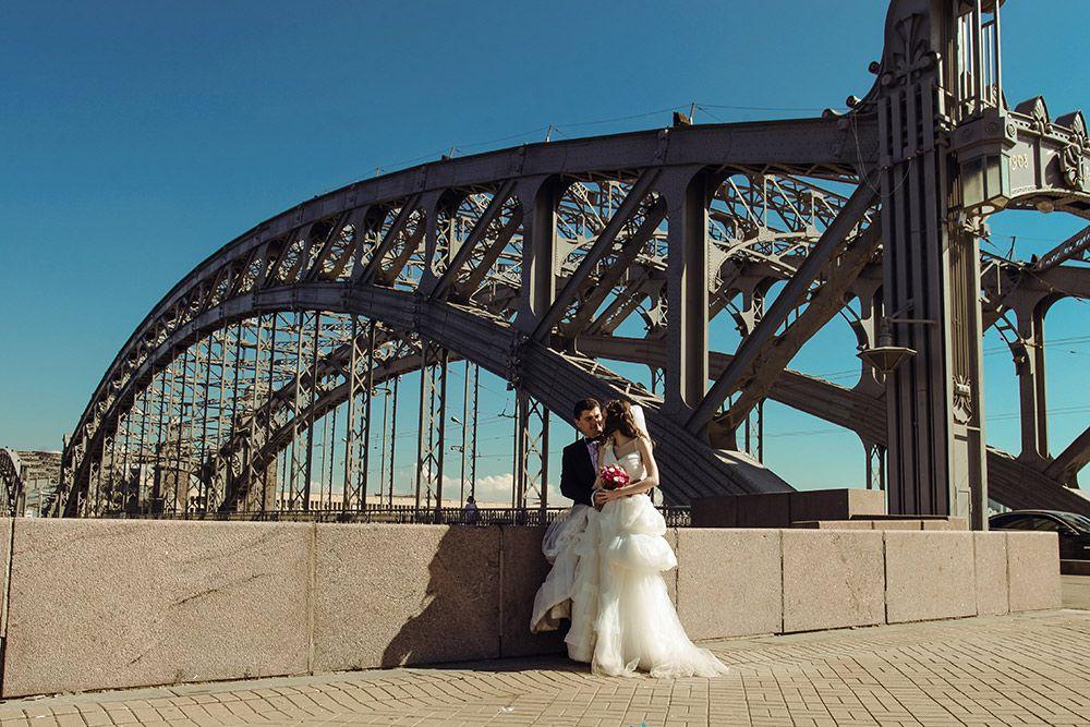 Большеохтинский мост - мост через Неву рядом со Смольным собором.
