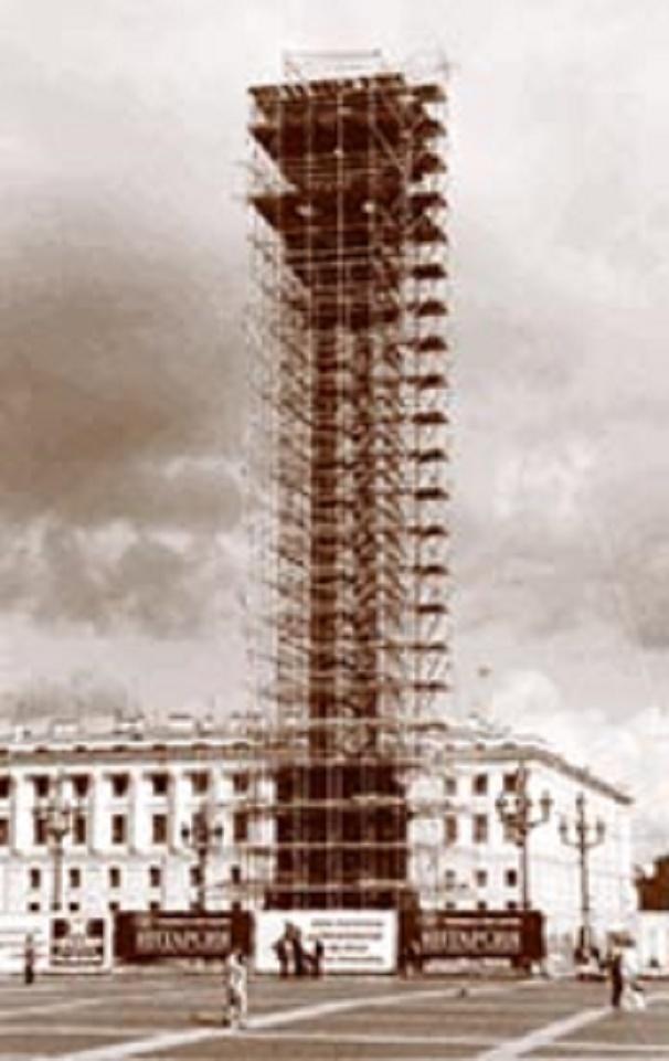 Реставрация Александровской колонны в 2002 году. Автор фото: неизв. (Wikimedia Commons)