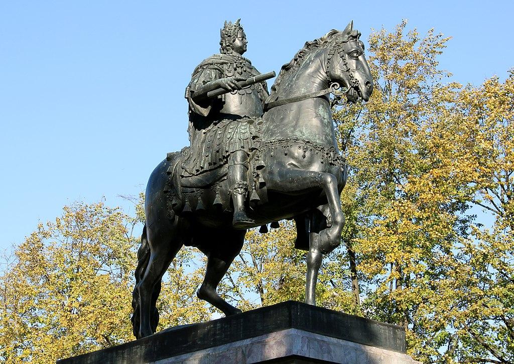 Конный памятник Петра I перед Михайловским замком осенью. Фото: Tsyganov Sergey (Wikimedia Commons)