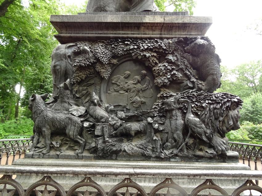 Памятник Крылову И.А., фото с сайта Polzam.ru