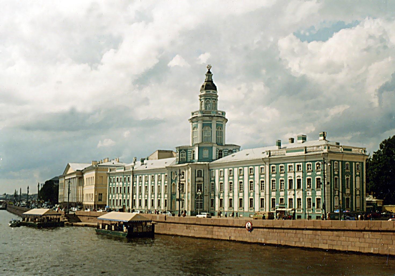 Здания Кунсткамеры и Академии Наук. Автор фото: Витольд Муратов (Wikimedia Commons)